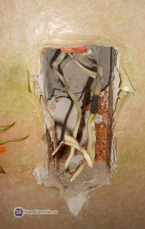 3.Вынимаем все внутренности - старую розетку и выключатели